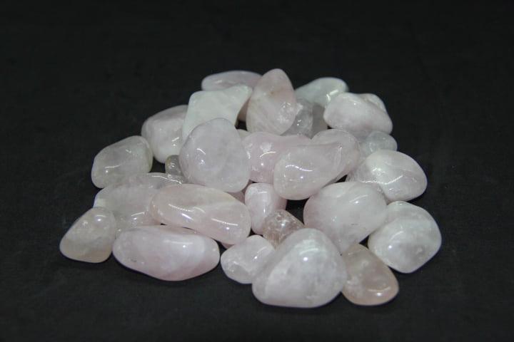Pacote de Pedra Quartzo Rosa 1Kg - Helena Cristais