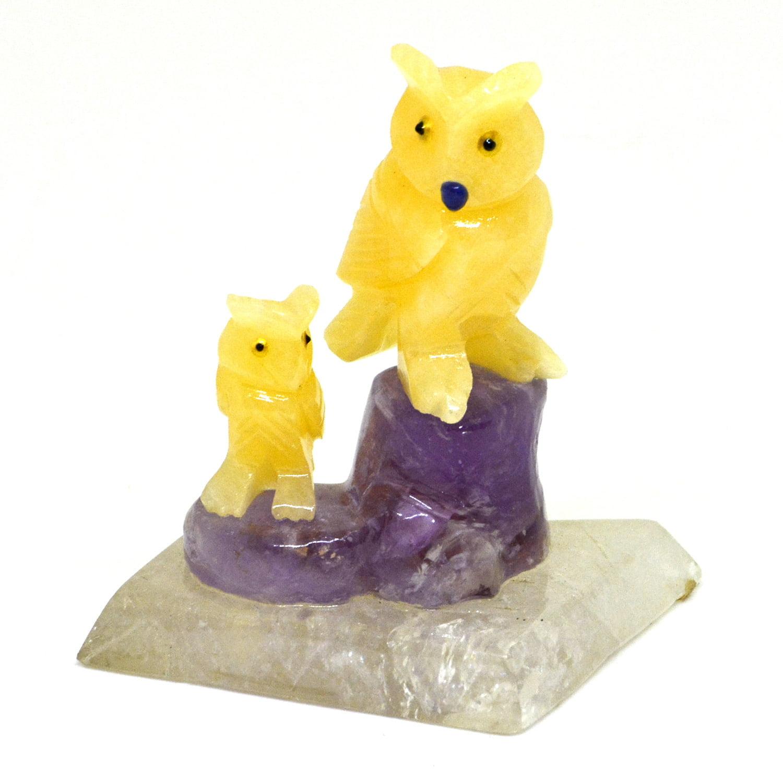 Coruja de Pedra Calcita Mel com Ametista e Base de Cristal 442g - Helena Cristais